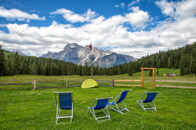 A natureza bonita nas montanhas rochosas do norte do canadá. duas cadeiras confortáveis vermelhas no lago