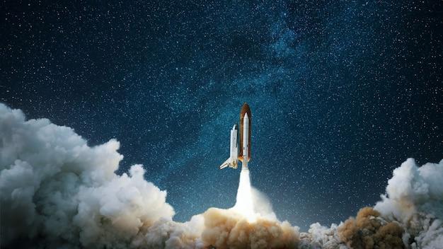 A nave espacial decola rumo ao céu estrelado