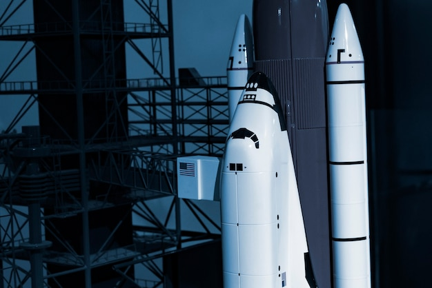 A nave espacial foguete decola do complexo de lançamento b