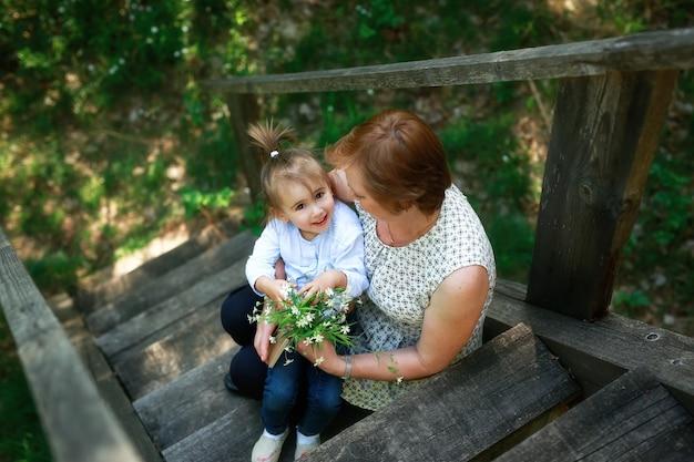 A neta deu a sua avó um buquê de flores silvestres brancas