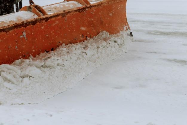 A neve flutua. trator limpa o caminho após a queda de neve pesada.