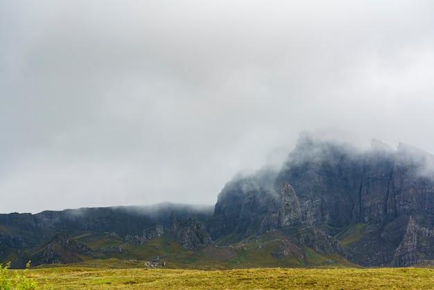 A névoa do amanhecer cobre the old man of storr, ilha de skye, escócia