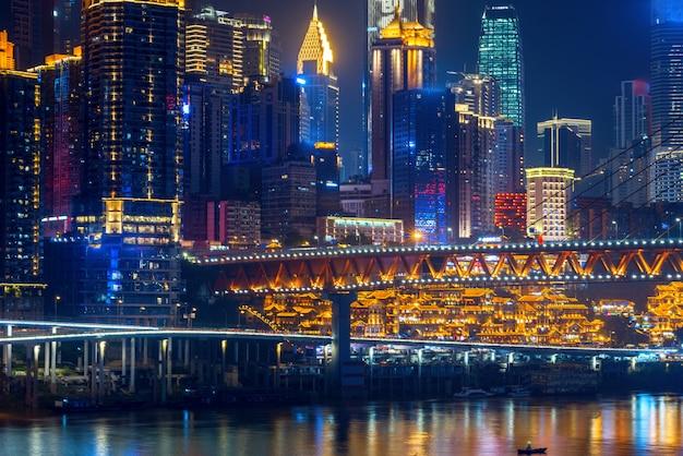 À noite, a bela paisagem da cidade fica na china.