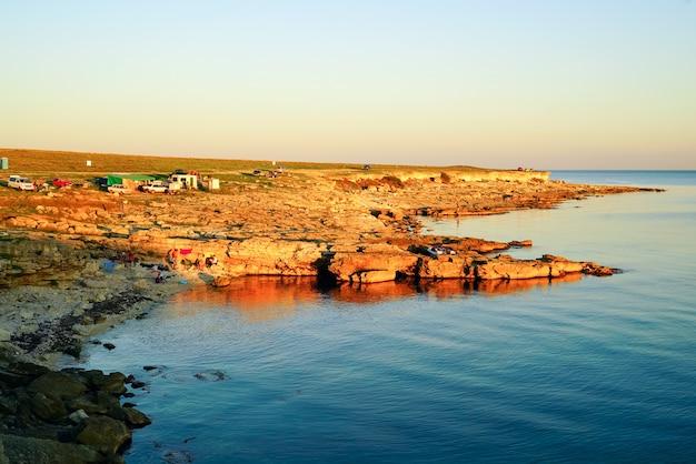 À noite ao pôr do sol. acampar na costa do mar negro na área de tarkhankut.crimea,