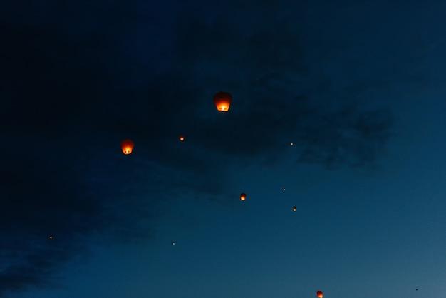 À noite, ao pôr do sol, as pessoas com seus parentes e amigos lançam lanternas tradicionais. tradição e viagens.