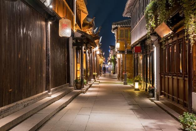 À noite, as ruas da cidade antiga de zhouzhuang, suzhou, china
