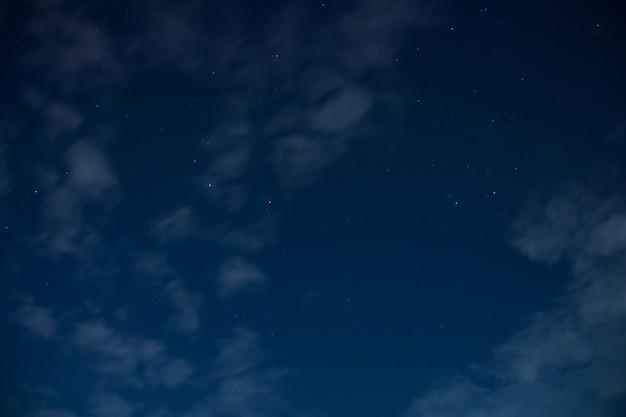 À noite, com a luz da lua
