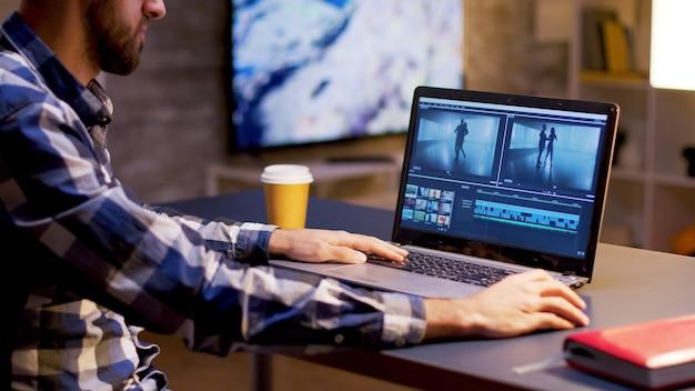 À noite, jovem criador de conteúdo trabalhando em projeto multimídia. criador de conteúdo trabalhando em vídeo.