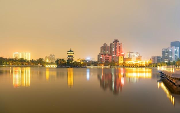À noite, o horizonte da cidade está em taiyuan, província de shanxi, china
