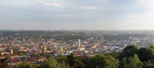 À noite, parte central da cidade de lvov, panorama da colina