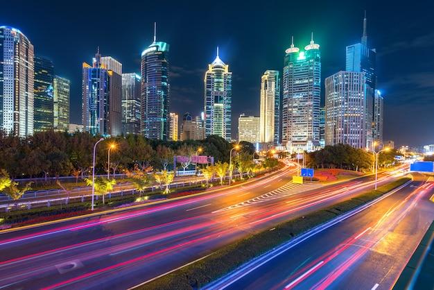 À noite, sob a ponte pedonal da paisagem urbana de xangai à noite, china