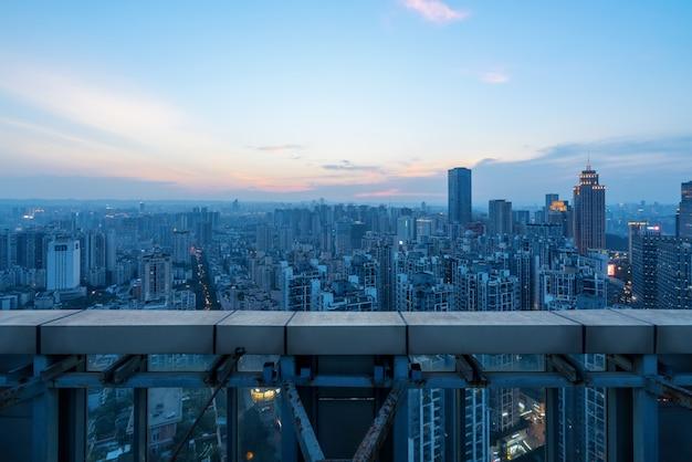 À noite, uma vista panorâmica da cidade no telhado de chongqing, china