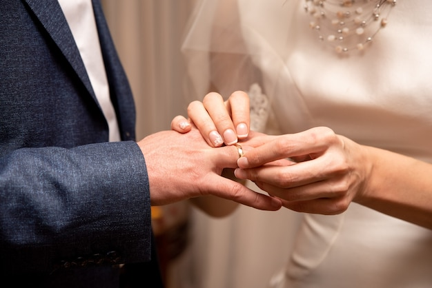 A noiva coloca o anel no noivo. casamento