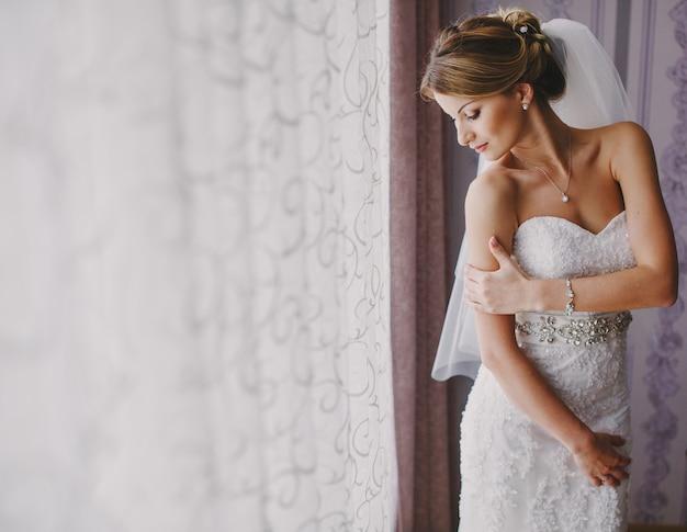 A noiva com um vestido de casamento