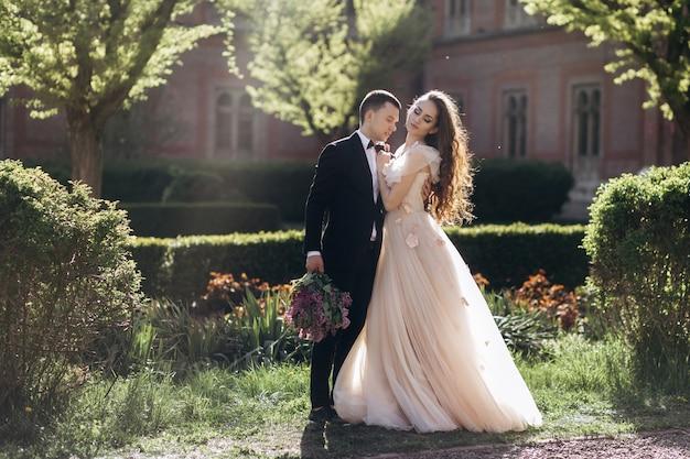 A noiva e o noivo abraçando no parque