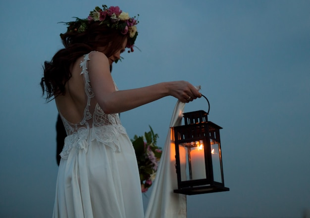 A noiva e o noivo andam ao pôr do sol.