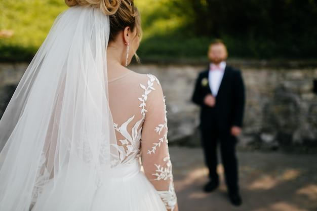 A noiva e o noivo caminham