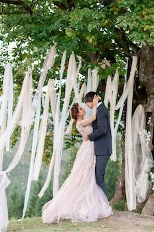 A noiva e o noivo comemoram seu casamento nas montanhas. fotografia de casamento. cerimônia de casamento para dois.