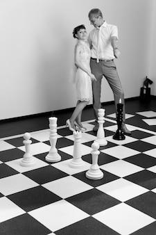 A noiva e o noivo em um tabuleiro de xadrez