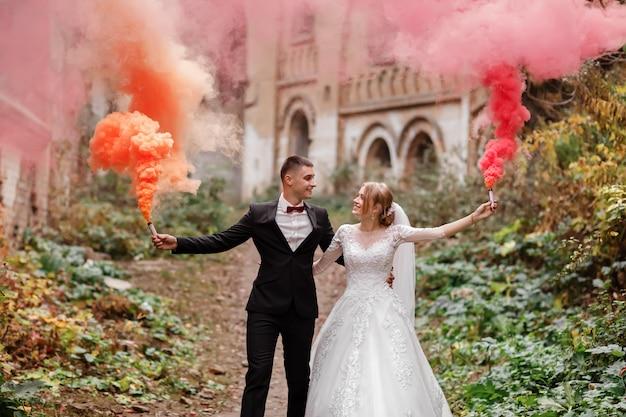 A noiva e o noivo estão correndo nas colinas verdes