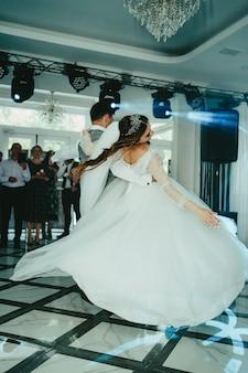 A noiva e o noivo estão dançando. valsa, a dança dos noivos