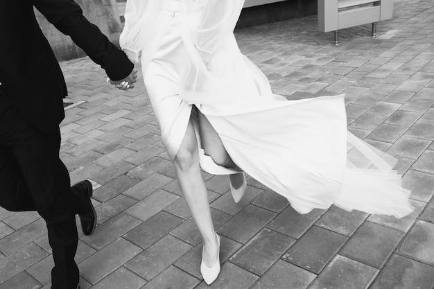 A noiva e o noivo estão na calçada