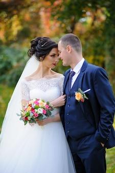 A noiva e o noivo no outono park.