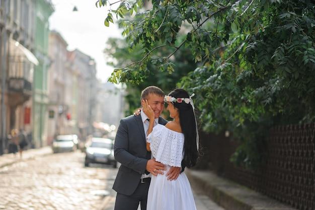 A noiva e o noivo se abraçam gentilmente. fotografia de casamento estilo rústico ou boho