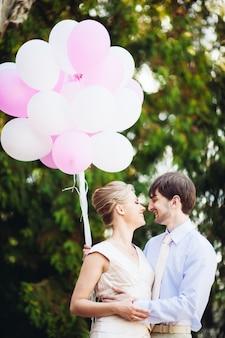 A noiva e o noivo se olham nos olhos