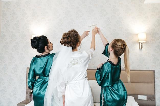 A noiva e seus amigos estão felizes no dia do casamento