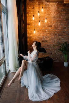 A noiva é uma morena de aparência europeia. manhã da noiva. boudoir no hotel.