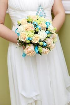 A noiva em um casamento segurando um buquê de flores.
