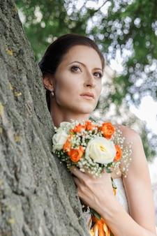 A noiva em um vestido de ombro frio