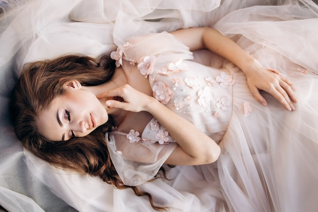 A noiva encantadora encontra-se no vestido de noiva