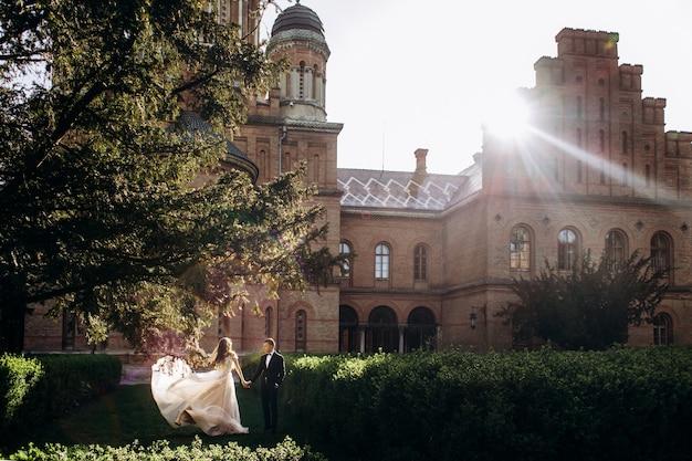 A noiva eo noivo caminhando ao longo do parque