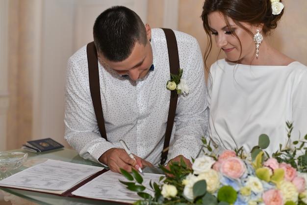 A noiva eo noivo na cerimônia de casamento