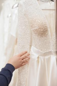 A noiva escolhe um vestido de noiva no salão de luxo