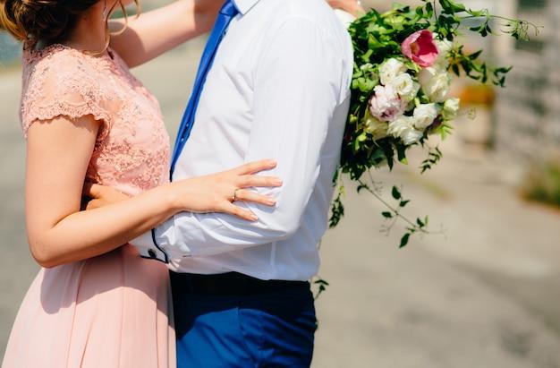 A noiva está abraçando o noivo