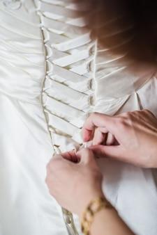 A noiva está usando um vestido de noiva luxuoso