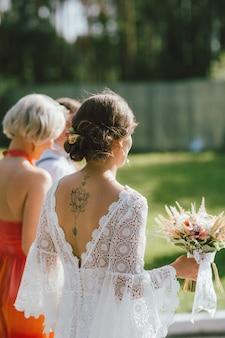 A noiva feliz e sua melhor amiga na festa de casamento, damas de honra