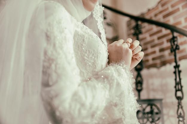 A noiva muçulmana tocando seu anel no dedo