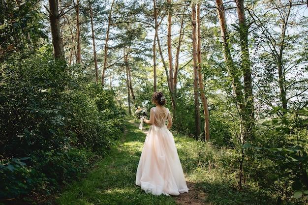 A noiva passa pela estrada da floresta