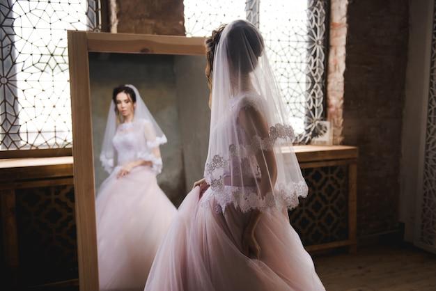 A noiva se reúne de manhã perto do espelho