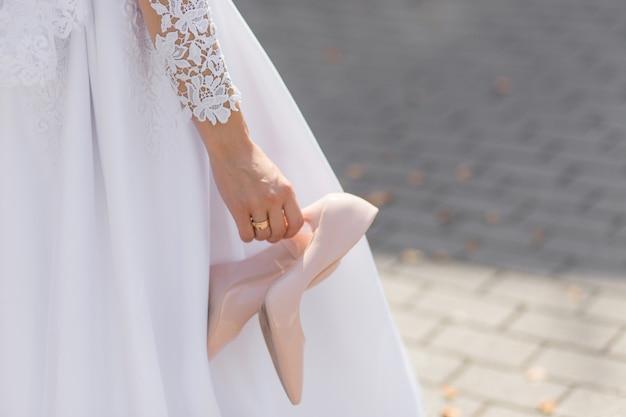 A noiva tirou os sapatos desconfortáveis