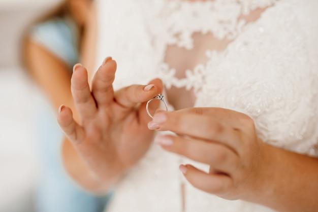 A noiva toca suavemente seu querido anel de noivado