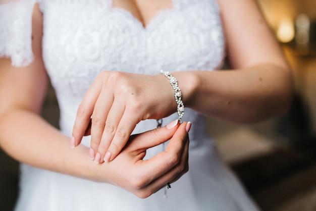 A noiva usa uma pulseira de casamento na mão esquerda