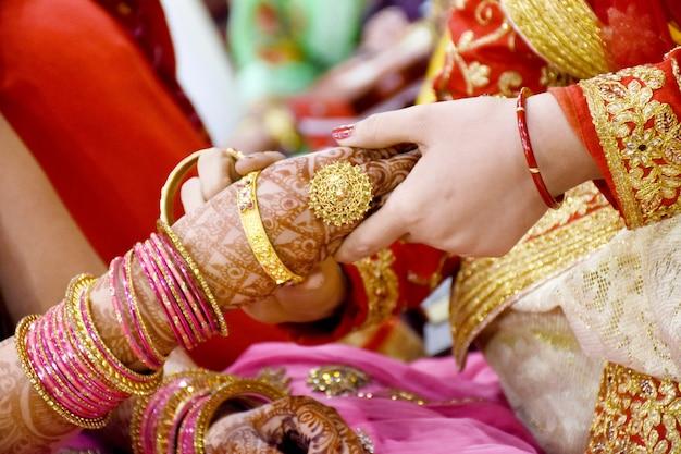 A noiva usando pulseiras, mão, closeup, noiva, preparando-se para a cerimônia de casamento