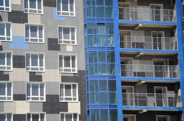 A nova casa revestida com ladrilho de granito multicolorido na cidade de volgogrado