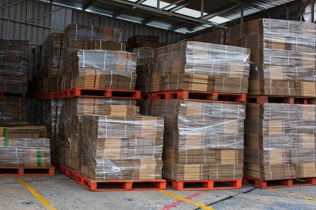 A nova grande pilha de resíduos de papel antes de embalar na fábrica de óleo de motor.