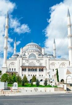 A nova mesquita camlica em frente contra o céu azul em istambul